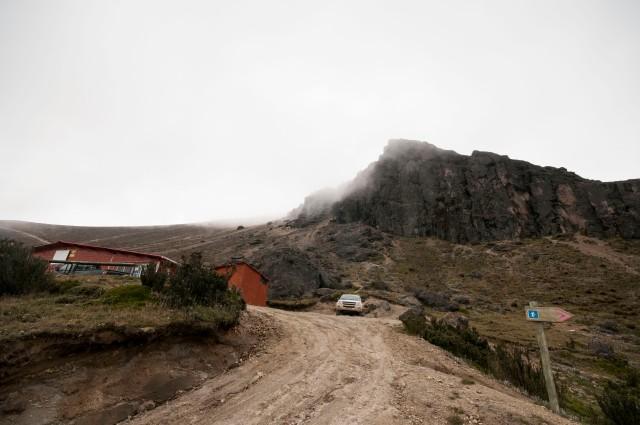 Refugio a 4600 metros y paredes donde están las vías.